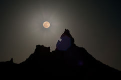 Super Moon over silhouetted peak Royalty Free Stock Photos