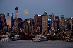 Super Moon Rise Over Manhattan Royalty Free Stock Photos
