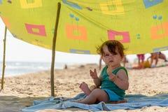 Super piękna dziewczyna na dennej plaży je i ono uśmiecha się zdjęcie stock