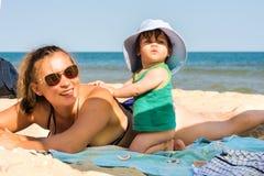 Super piękna dziewczyna na dennej plaży je i ono uśmiecha się fotografia royalty free