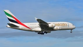 Super riesige Landung der Emirate A380 an internationalem Flughafen Aucklands Lizenzfreies Stockfoto