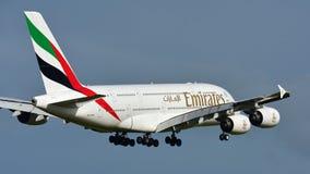 Super riesige Landung der Emirate A380 an internationalem Flughafen Aucklands Stockfotografie