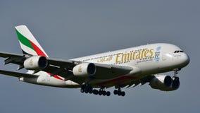 Super riesige Landung der Emirate A380 an internationalem Flughafen Aucklands Stockbilder