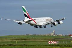 Super riesige Landung der Emirate A380 an internationalem Flughafen Aucklands Lizenzfreie Stockfotografie