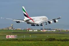 Super riesige Landung der Emirate A380 an internationalem Flughafen Aucklands Stockbild