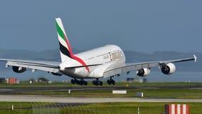 Super riesige Landung der Emirate A380 an internationalem Flughafen Aucklands Stockfoto