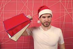 Super Santa kupujący z paperbags na różowym tle zdjęcie royalty free