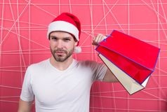 Super santaklant met papieren zakken op roze achtergrond Royalty-vrije Stock Afbeelding