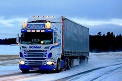 Super Scania Semi op Sneeuwweg bij Zonsondergang Royalty-vrije Stock Foto