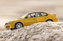 Super snelle auto op de van zijn kant gezien berg Stock Foto