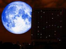 super volle Rückseite des blauen Mondes von hihg Gebäude in der Nacht Lizenzfreie Stockfotos