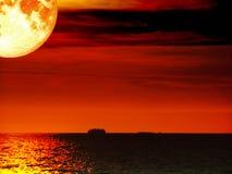 super volledige het schip donkere overzeese van de bloedmaan zonsonderganghemel Royalty-vrije Stock Afbeelding