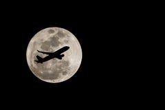 Super Vollmond über Thailand und Schattenbild des Flugzeuges auf Nove lizenzfreie stockbilder