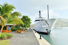 Super-Yatch am Dock/am Hafen Stockbilder
