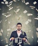 Super z podnieceniem mężczyzna z czyrak niecką pod pieniędzy dolarowymi rachunkami pada fotografia royalty free