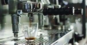 Super zwolnione tempo makro- fachowy kawowy producent nalewa gorącą kawy espresso kawę w przejrzystej filiżance zdjęcie wideo