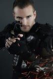 Superbullen - blonder Mann, der mit einem Gewehr aufwirft Lizenzfreie Stockfotografie