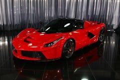 Supercar hybride de Ferrari LaFerrari dans la salle d'exposition photos libres de droits