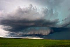 Supercellåskväder med illavarslande mörka moln arkivfoto