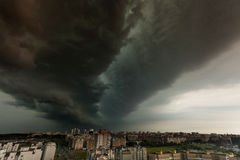Supercell burza nad miastem Fotografia Stock
