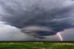 Supercell burza z dramatycznymi chmurami i błyskawicą zdjęcia stock
