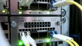 Supercomputer con i cavi ottici e le lampade istantanee Fine in su video d archivio