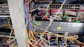 Supercomputer mit Kabeln und Lampen stock footage