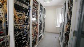 Supercomputer mit Kabeln, Verbindungen und Lampen stock video