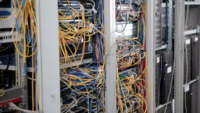 Supercomputer mit Kabeln, Verbindungen und Lampen stock footage