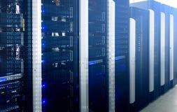 Supercomputers in computergegevenscentrum stock afbeelding