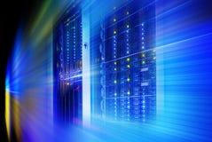 Supercomputerskivminne i en serie av datorhallutrustning bakgrundsblur suddighetdde rörelse för låsfrisbeebanhoppning till arkivfoton