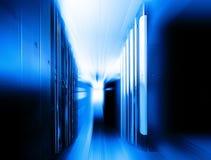 Supercomputerskivminne i en serie av datorhallutrustning bakgrundsblur suddighetdde rörelse för låsfrisbeebanhoppning till royaltyfria bilder