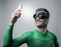 Supereroe che prende un selfie con uno smartphone Fotografia Stock