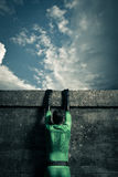 Supereroe che scala una parete Fotografie Stock Libere da Diritti