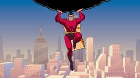 Supereroe che tiene Boulder sopra la città archivi video