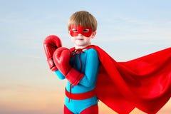 Supereroe del ragazzo sul cielo di tramonto fotografie stock libere da diritti