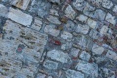 Superfície ajustada da parede do forte pequeno das pedras cinzentas a grande resistiu à base poderosa da proteção da corrosão urb fotografia de stock