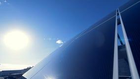 Superfície angular de uma disposição solar encontrada fora Conceito verde da energia filme