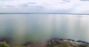Superfície bonita da água de um grande lago Cenário natural maravilhoso video estoque
