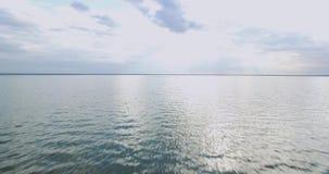 Superfície bonita da água Opinião da noite do lago Por do sol sobre a água video estoque