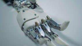 Superfície branca com um braço robótico imóvel nele video estoque