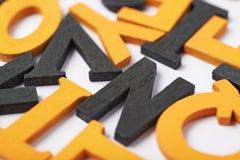Superfície coberta com as letras de madeira Imagens de Stock