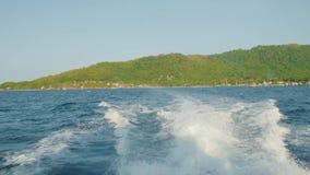 Superfície da água atrás do barco de motor movente rápido, ilha Seychelles filme