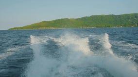 Superfície da água atrás do barco de motor movente rápido, ilha Seychelles vídeos de arquivo