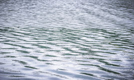 Superfície da água com chover Fotos de Stock Royalty Free