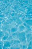 Superfície da água da piscina, reflexões da luz solar Fotografia de Stock