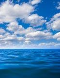 Superfície da água de mar ainda calmo imagem de stock