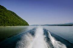 Superfície da água do fundo atrás do barco de motor movente rápido no Lago Baikal, Rússia fotos de stock royalty free