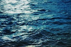 Superfície da água do mar na noite Fotos de Stock Royalty Free