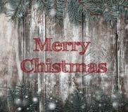 A superfície da madeira com máscaras da pintura e do abeto brancos ramifica Fundo do Natal ou do ano novo Fotos de Stock Royalty Free
